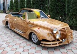 Coche en madera por la mitad