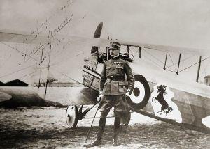 Conde Francesco Baracca ante su avión.